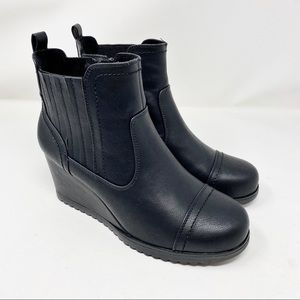 NWT Khombu Jane Wedge Booties